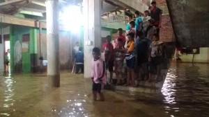 Kondisi banjir pada rabu (10/2) dini hari/air baru mulai surut menjelang subuh.