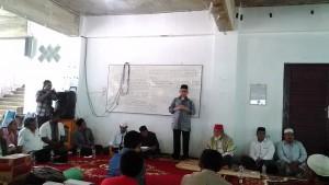 Gubernur Aceh, dr Zaini Abdullah memberikan sambutan saat dijamu di mushalla Ar-Rahmah dayah setempat.