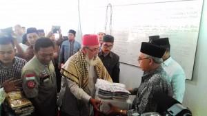 Gubernur serahkan bantuan secara simbolis kepada pimpinan dayah.