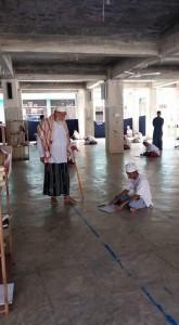 Pimpinan dayah, Tgk H Nuruzzahri sedang meninjau langsung proses ujian UAD.