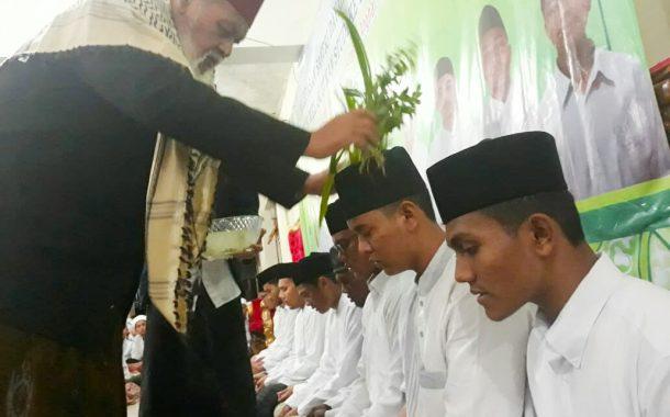 Waled Nu Samalanga Peusijuek 12 Mahasantri yang Akan Melanjutkan Studi ke Mesir dan Yaman Tahun ini